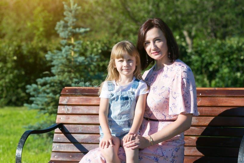 Mama stawia jej córki w jej podołku zdjęcie royalty free