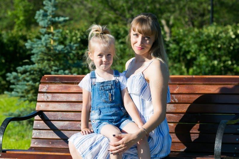 Mama stawia jej córki w jej podołku zdjęcia royalty free