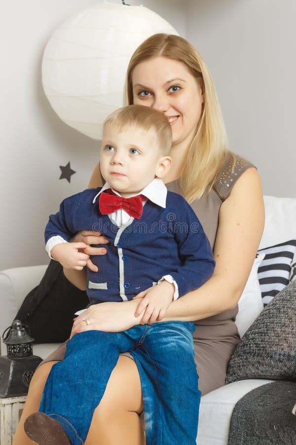 Mama, syn, rodzina, uśmiech, szczęśliwy, dzieciak, chłopiec, blondyn zdjęcia stock