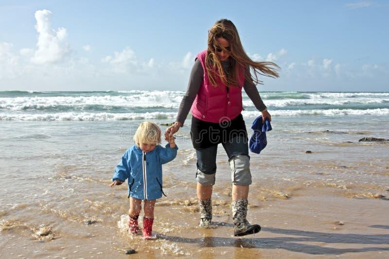 mama syna chodzący waterline fotografia royalty free
