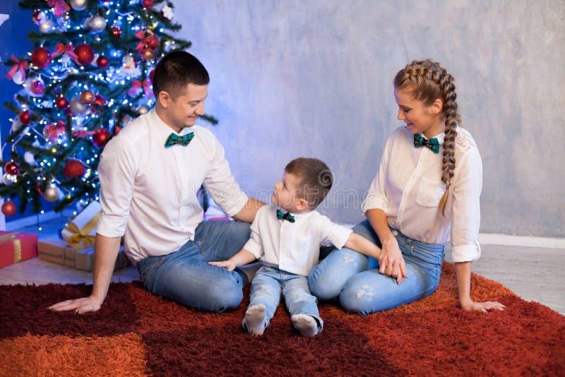 Mama syna i taty nowego roku wakacji choinki prezenty obraz stock