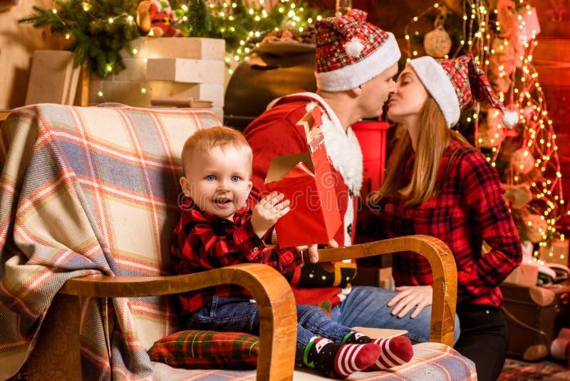Mama tata i śliczny syn świętujemy boże narodzenia w domu Rodziny szczęście i Urocza rodzina z chłopiec cieszy się zdjęcie royalty free