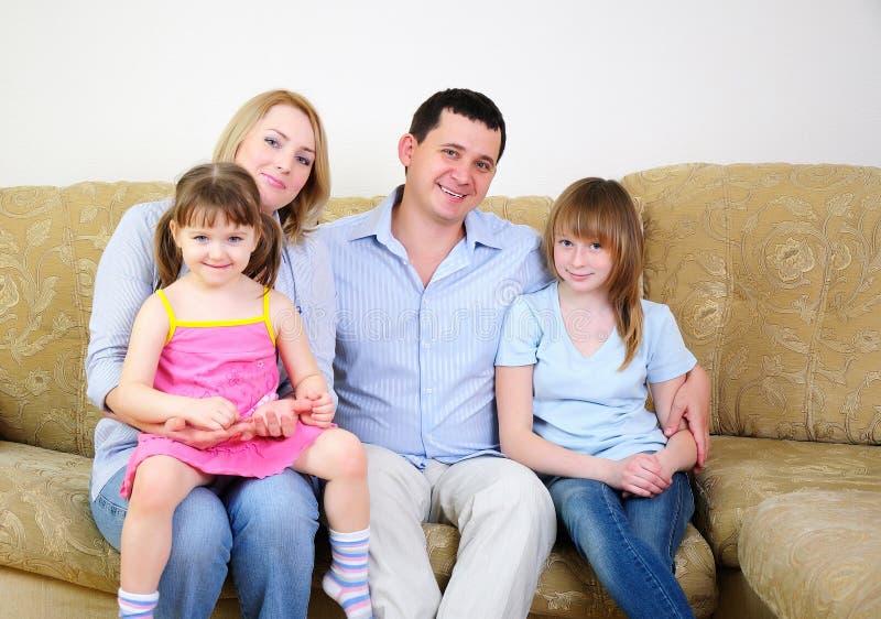 Mama, tata i ich dwa córki, zdjęcia royalty free