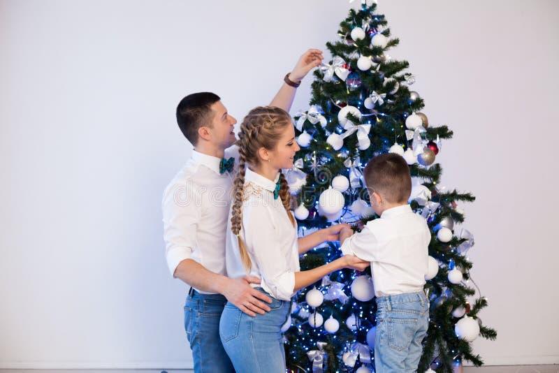 Mama tata i troszkę dekoruje choinki w zimie chłopiec zdjęcie stock