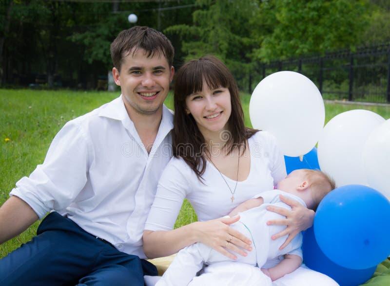 Mama tata syna odpoczynek w naturze z balonami obrazy royalty free