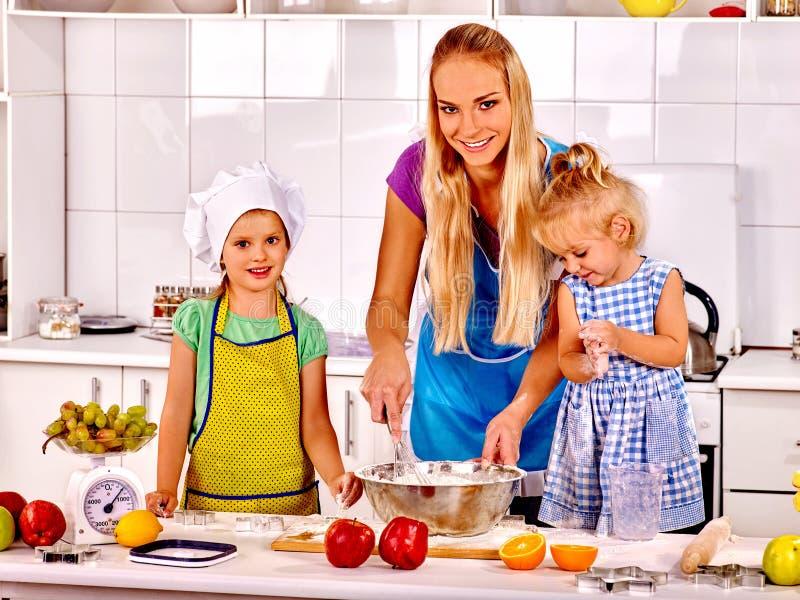 Mama uczy dzieciaków kucharz w kuchni obraz royalty free