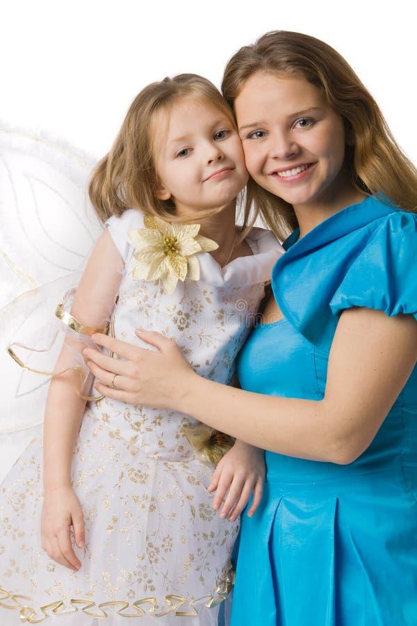Mama umfaßt Tochter lizenzfreie stockbilder