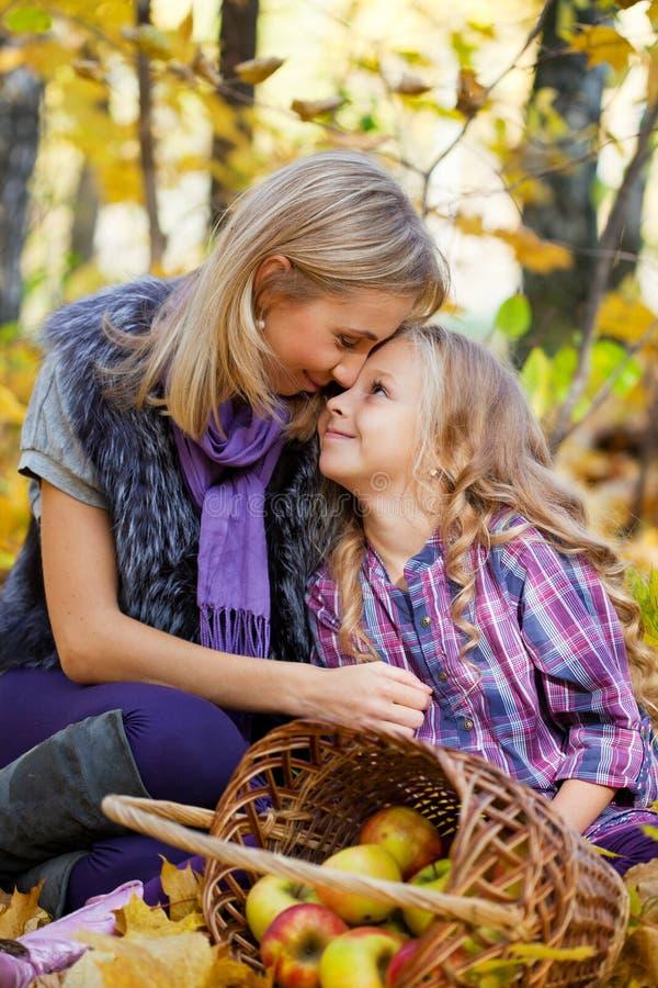 Mama und der Tochterspielherbstpark lizenzfreies stockbild