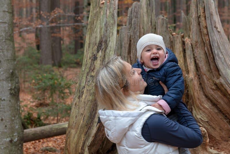 Mama und ihr Baby im bayerischen Forrest stockbilder