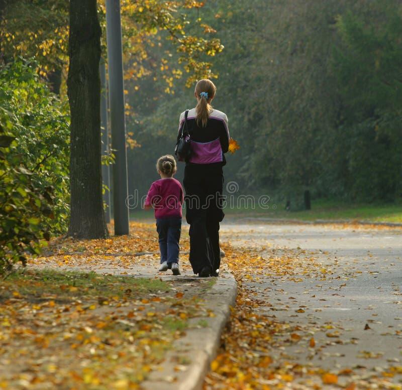 Mama und Tochter stockbild