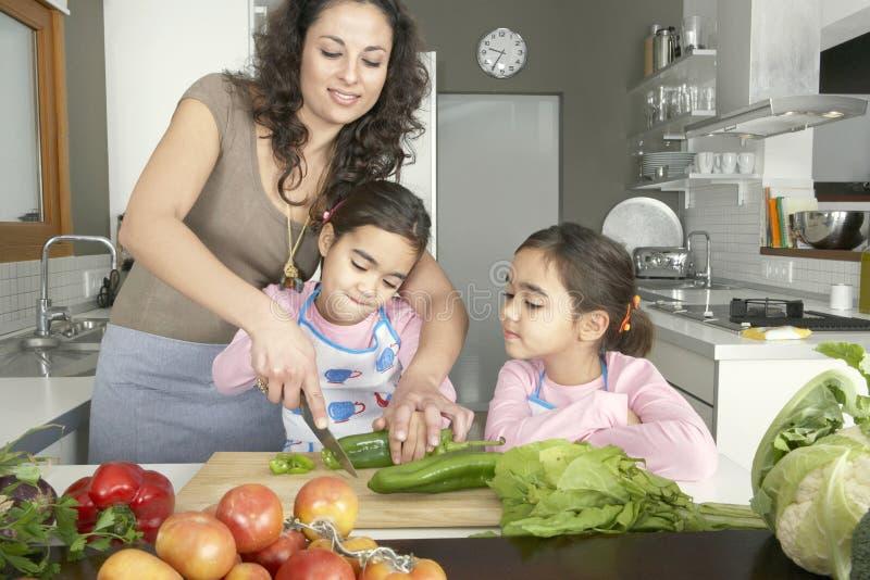 Mama und Tochter, die Veggies hacken stockfotos
