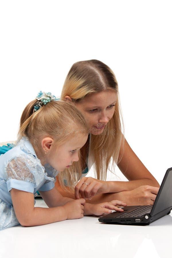 Mama und Tochter mit Notizbuch lizenzfreie stockfotos