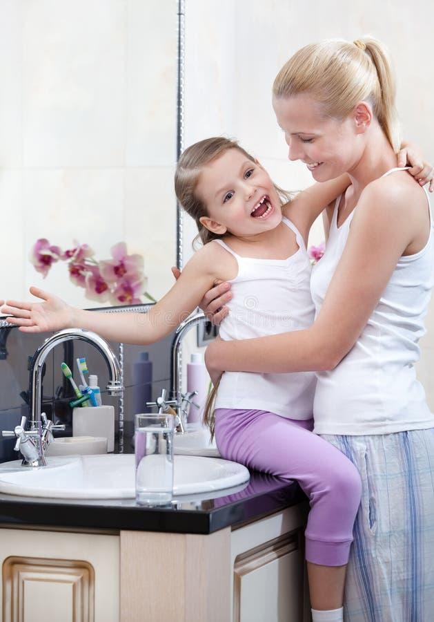 Mama und Tochter sind im Badezimmer lizenzfreie stockbilder