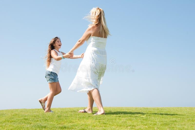 Mama- und Tochterspielen lizenzfreie stockbilder