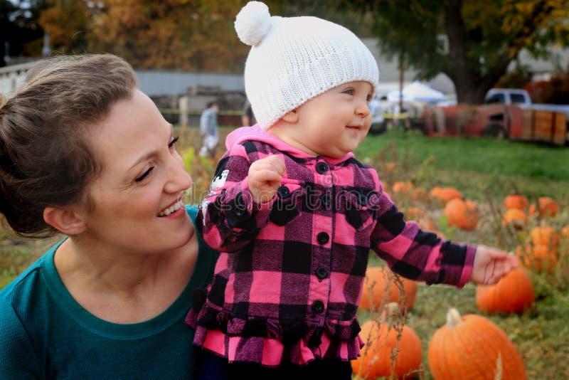 Mama y bebé felices imagen de archivo libre de regalías
