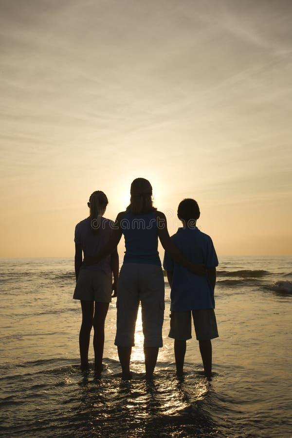 Mama y cabritos en la playa. imágenes de archivo libres de regalías