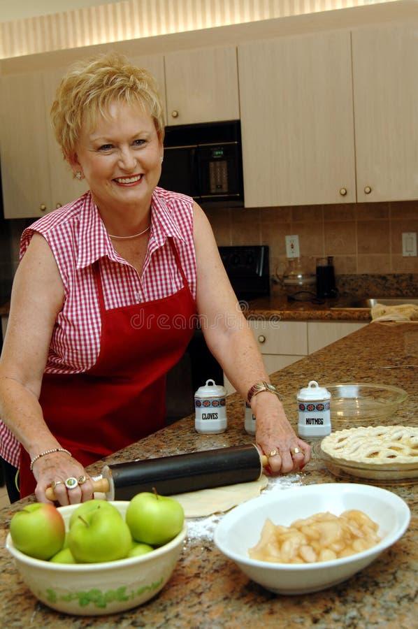 Mama y empanada de manzana imagen de archivo