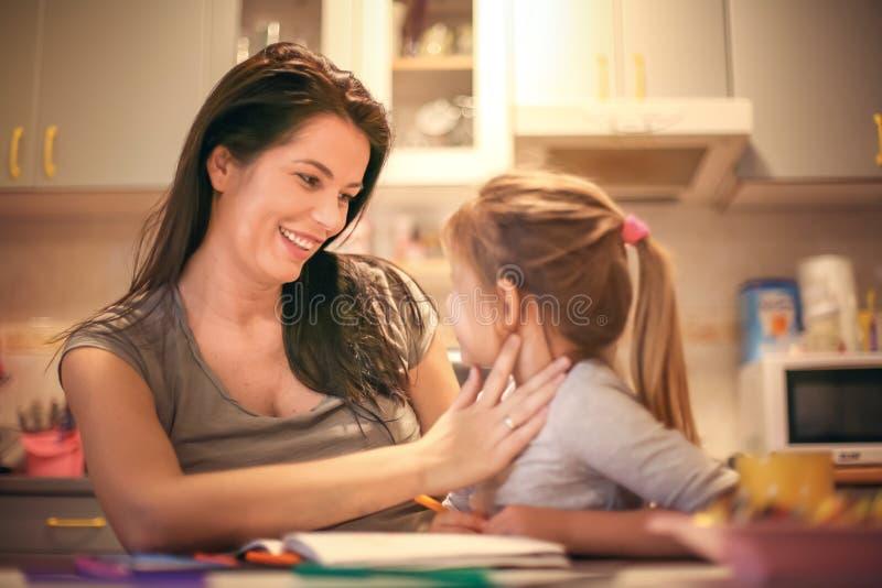Mama y yo La niña se divierte con la madre foto de archivo libre de regalías