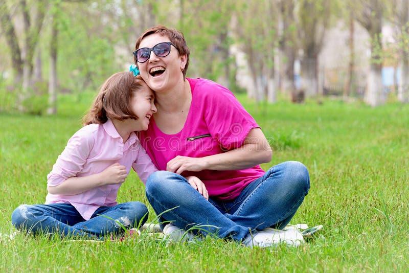 Mama z córką ma zabawę na naturze obraz royalty free