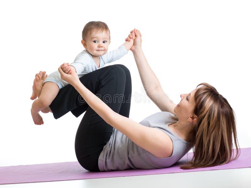 Mama z dzieckiem robi gimnastykom i sprawności fizycznej ćwiczy obraz royalty free