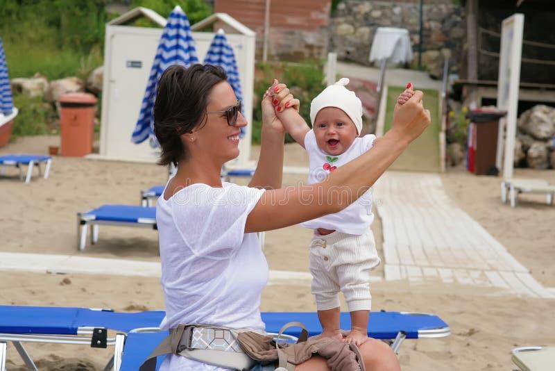 mama z małą córką na plaży obraz royalty free