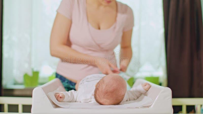 Mama Zmienia pieluszkę Mały dziecko zdjęcia stock