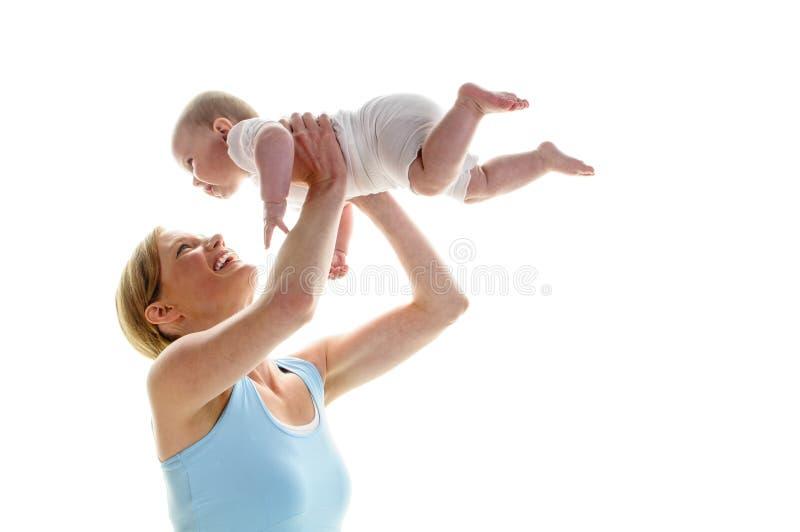 Mamafit med behandla som ett barn arkivbild