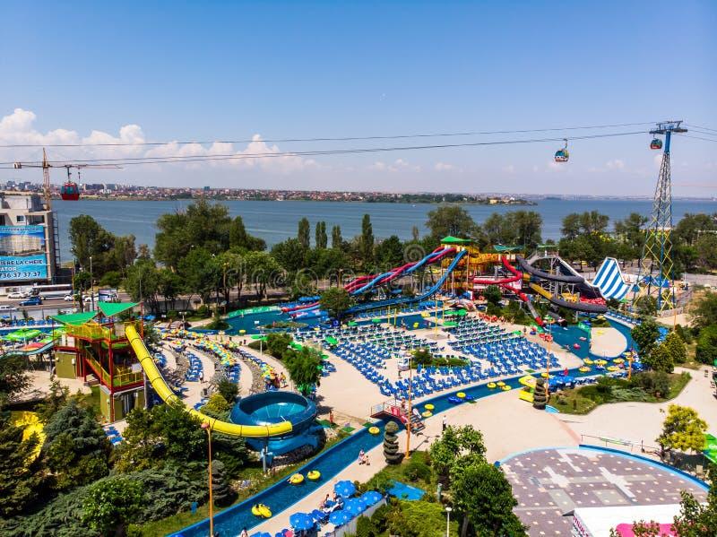 Mamaia, Costanza, Romania - 17 giugno 2019: Vista aerea del parco magico dell'acqua dell'acqua in una località di soggiorno rumen immagini stock