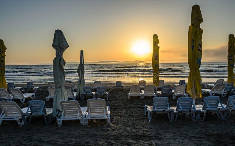 MAMAIA, ROMÊNIA - 15 DE SETEMBRO DE 2017: Sunbeds na praia do Bl imagens de stock