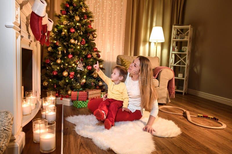 Maman écoutant soigneusement ce que son fils dit photos stock