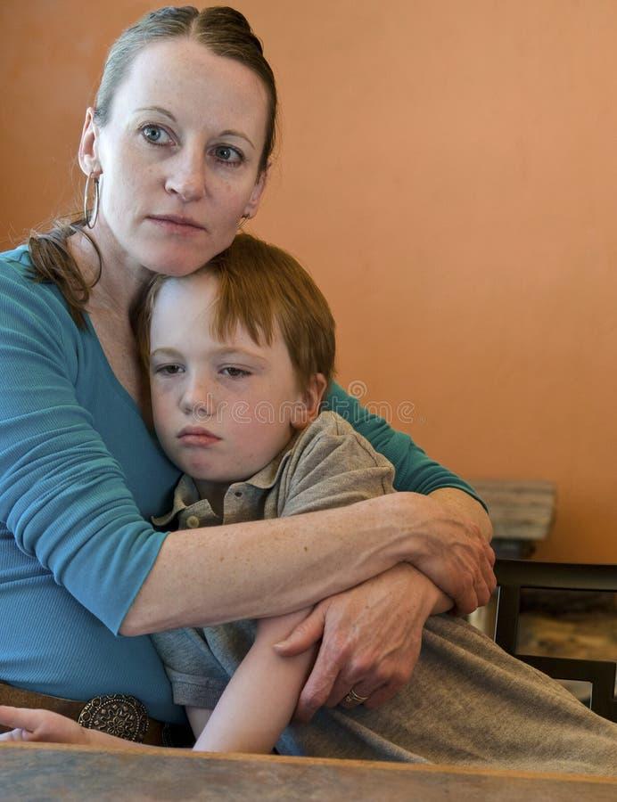 Maman étreignant l'enfant triste photos libres de droits