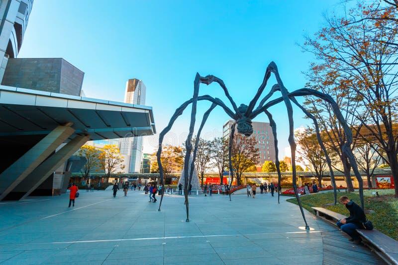 Maman - скульптура паука на здании башни Mori в токио стоковые фотографии rf