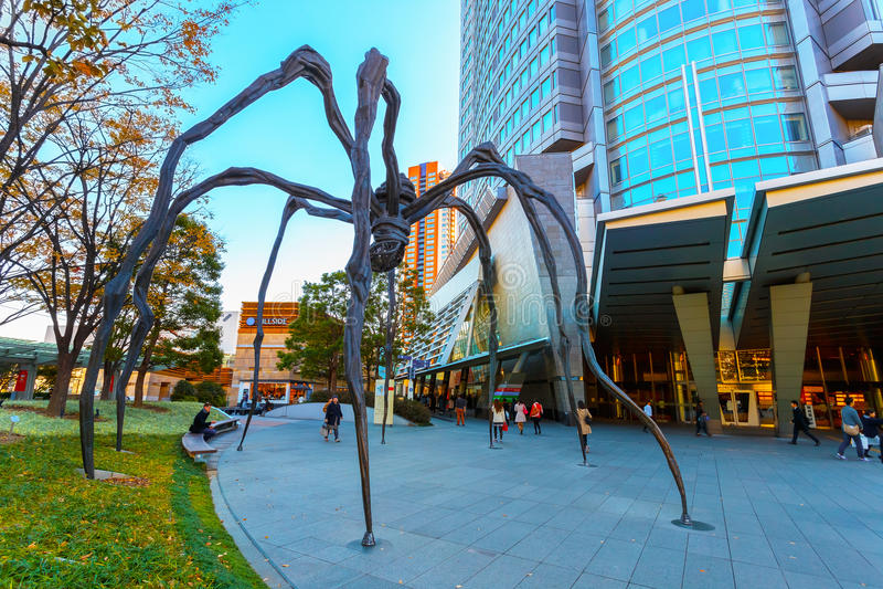 Maman -在Mori塔大厦的一个蜘蛛雕塑在东京 免版税库存照片
