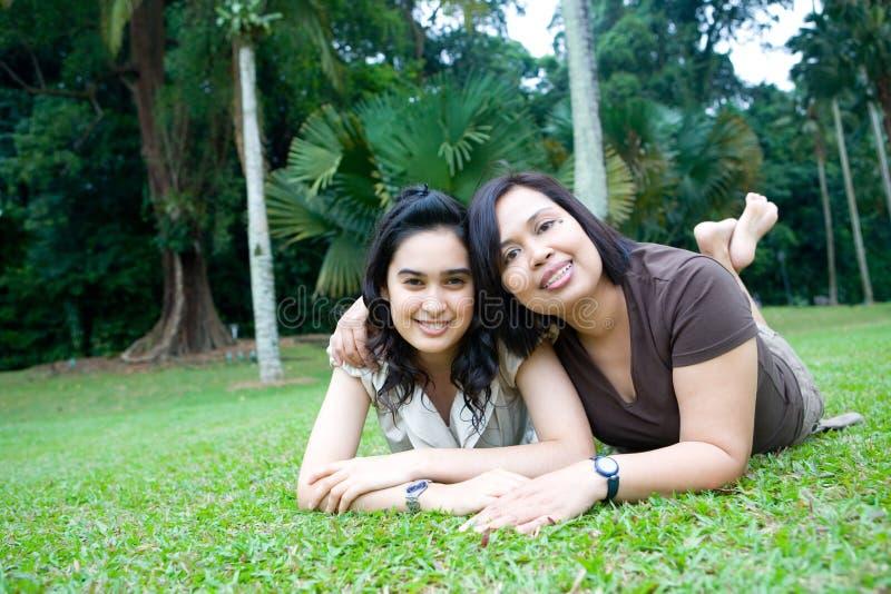 Maman asiatique avec le beau descendant photographie stock libre de droits