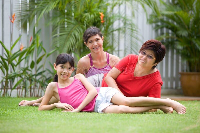 Maman asiatique ayant l'amusement avec ses filles image stock