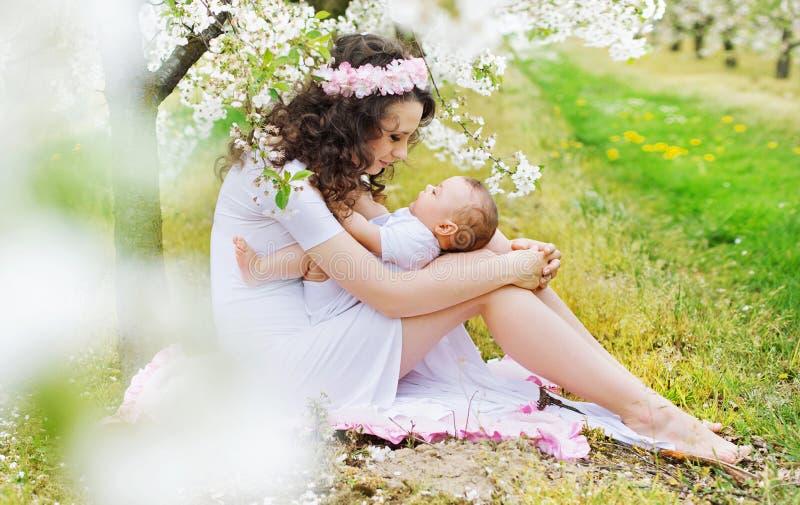 Maman avec du charme jouant avec la petite fille photo libre de droits