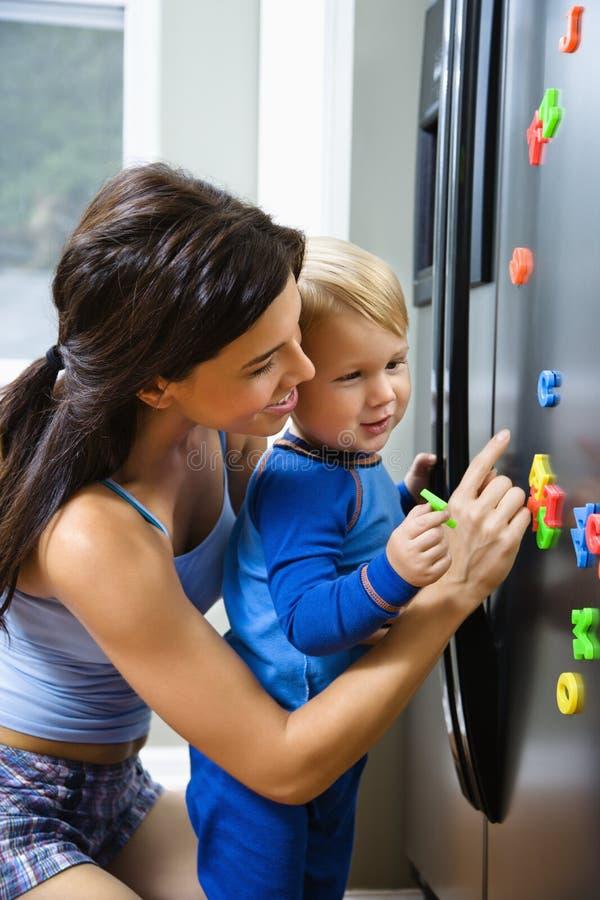 Maman avec l'enfant. photo stock