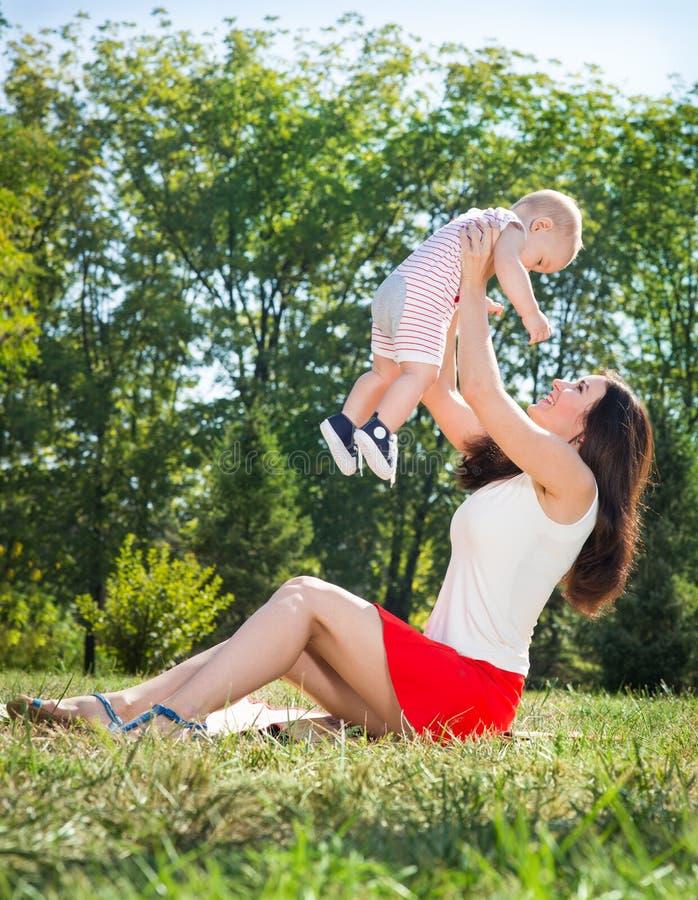 Download Maman avec la chéri photo stock. Image du apprécier, adulte - 77157082
