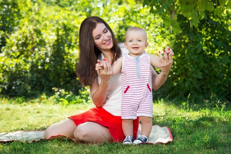 Download Maman avec la chéri photo stock. Image du loisirs, mère - 77157226