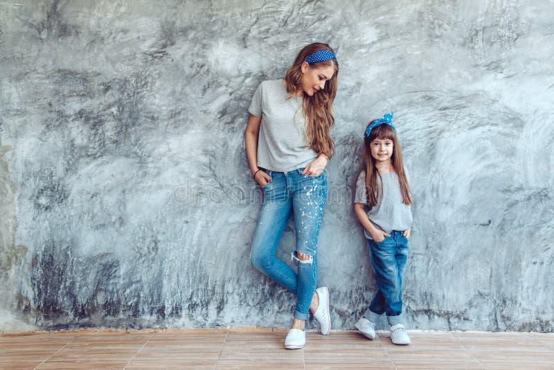 Maman avec la fille dans le regard de famille images libres de droits