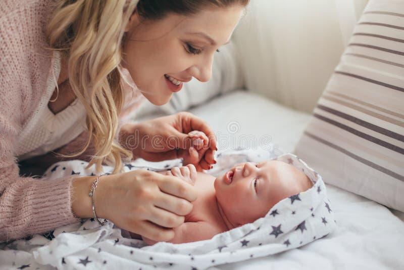 Maman avec le bébé nouveau-né photographie stock