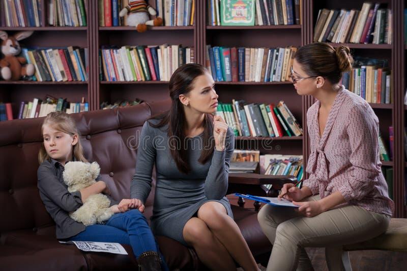 Maman avec le daugher sur la consultation images libres de droits