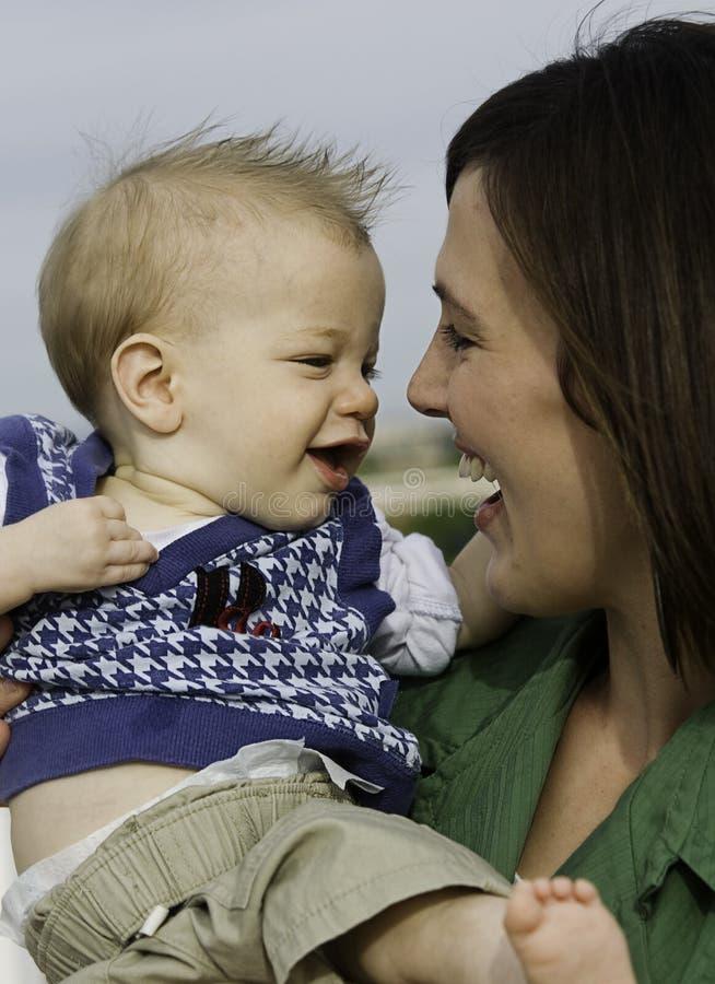 Maman avec le fils infantile de chéri photographie stock