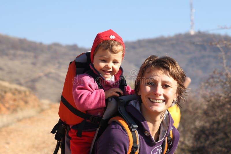 Maman avec le trekking de chéri photographie stock