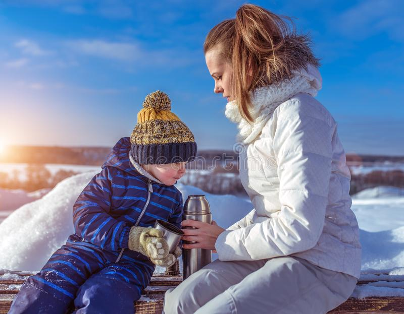 Maman avec un fils de garçon 3 années, pendant l'hiver dans une paire à l'air frais Station de vacances de repos en fin de semain image stock