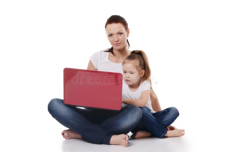 Maman avec une fille à l'ordinateur portable photographie stock