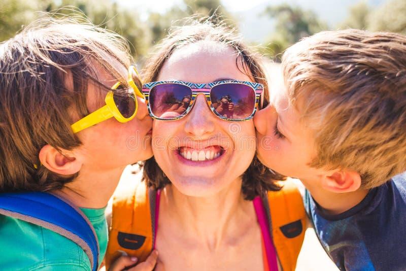 Maman de baiser d'enfants image stock