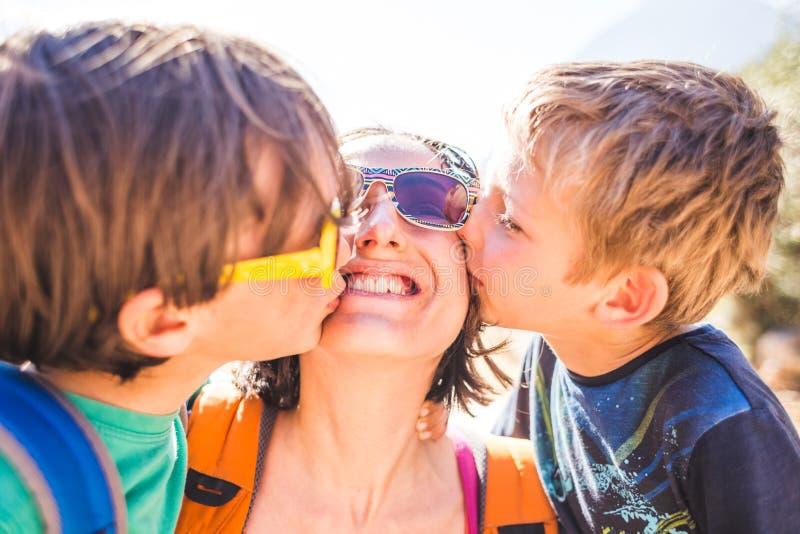 Maman de baiser d'enfants photos libres de droits