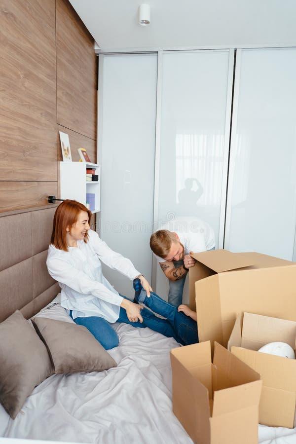 Maman de papa et petit jeu de fils dans la chambre à coucher avec les boîtes de papier photos libres de droits