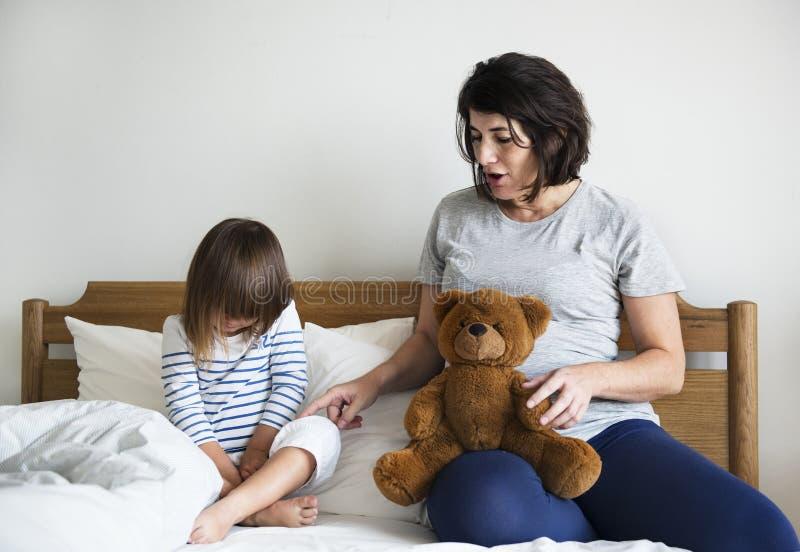 Maman enceinte parlant au concept de consolation de fille photos stock